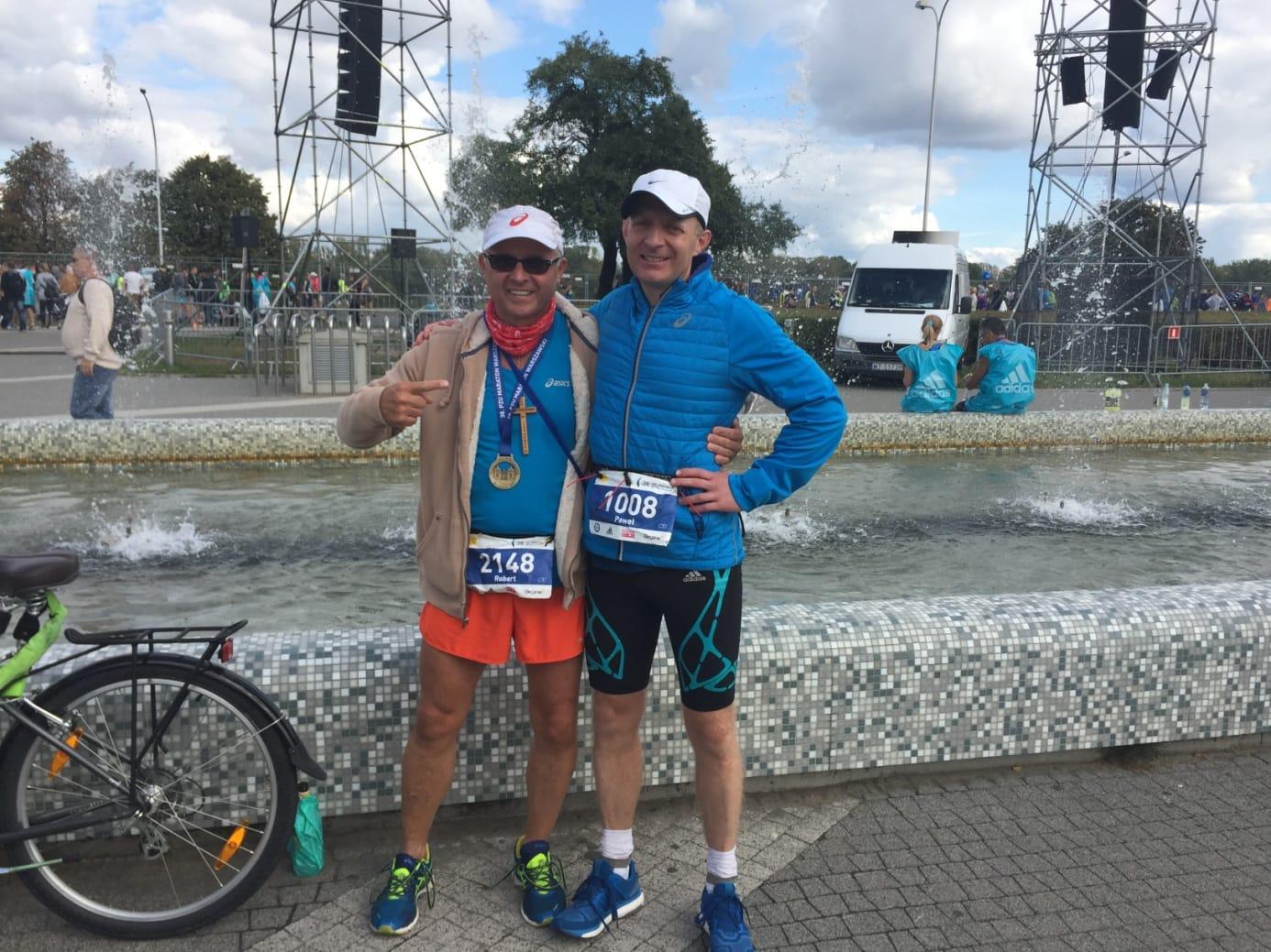 Autor na mecie Maratonu Warszawskiego 2016 z pacjentem Robertem Buczkiem lat 52, zabieg rekonstrukcji więzadła krzyżowego przedniego był początkiem jego nowej przygody.