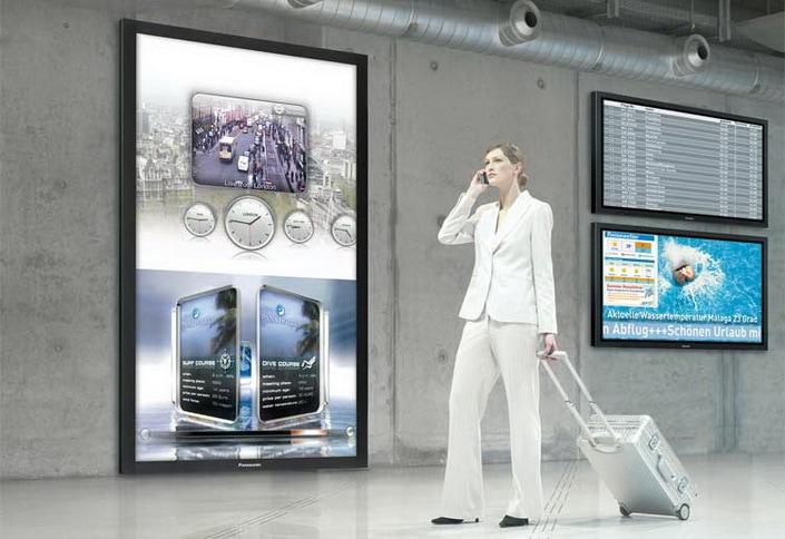 Polska gospodarka potrzebuje przyspieszenia. Czy firmy postawią na digitalizację?- kobieta z walizką w reku rozmawia przez telefon.