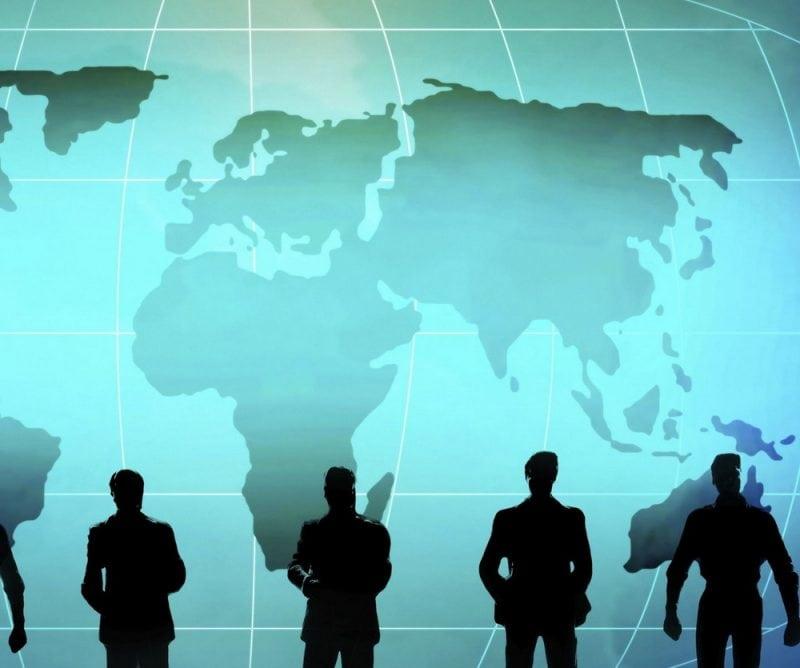 Co nas czeka w gospodarce w 2020 roku? - ludzie na tle mapy świata