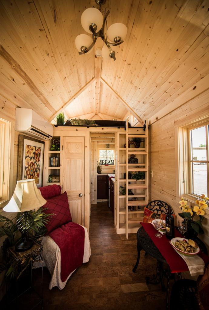 Inwestycja w nieruchomości wypoczynkowe -czy to się opłaca?- wnętrze domku zbudowanego z drewna.