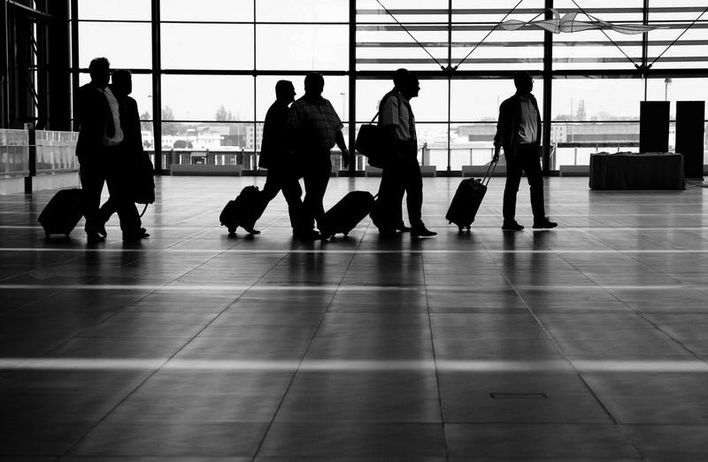 XXX Forum Ekonomiczne w Karpaczu - spotkanie świata biznesu i innowacji - ludzie na lotnisku spacerują z bagażami