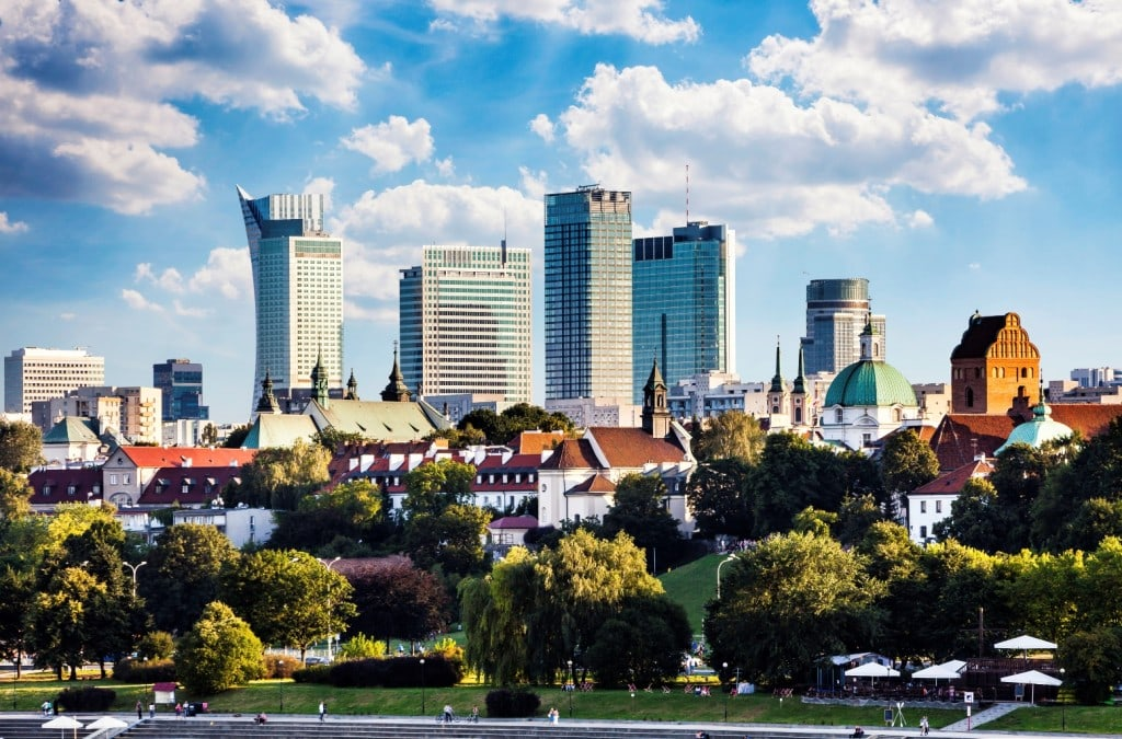 Jak zmienia się przestrzeń publiczna po pandemii? - centrum miasta, starówka i wieżowce w tle