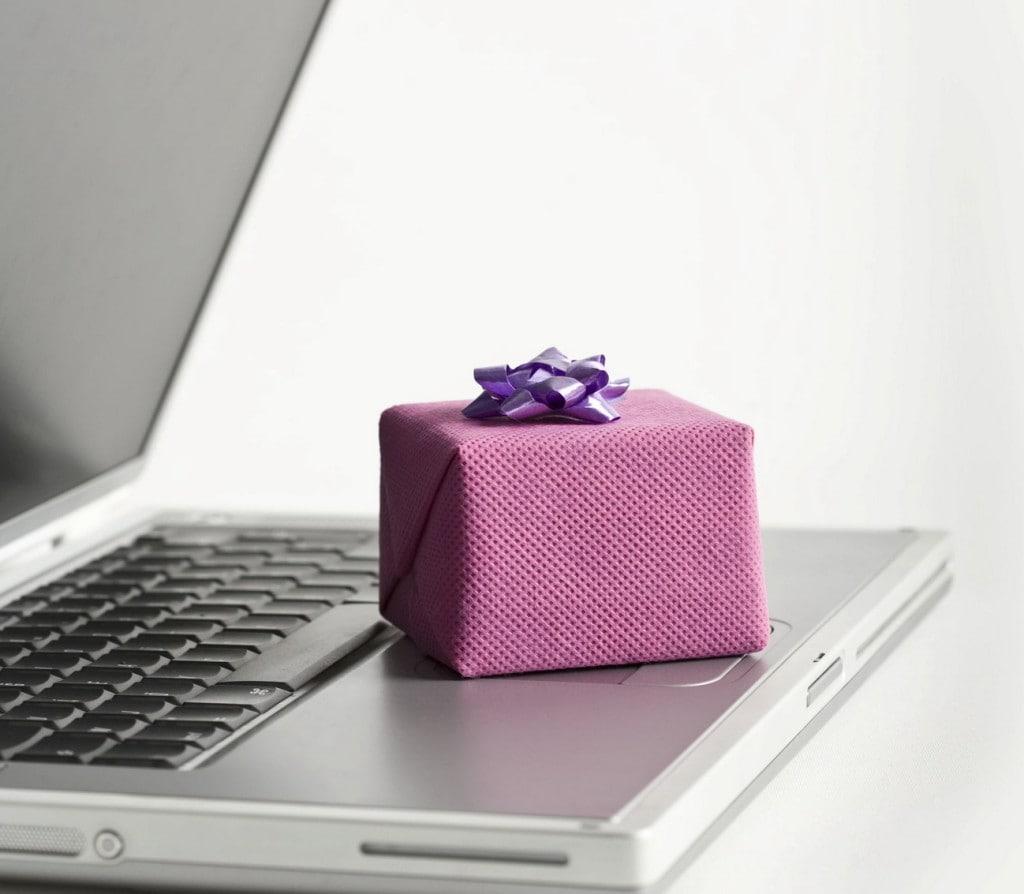 prezenty na walentynki często kupujemy przez Internet - laptop i prezent