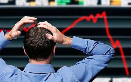 Drugi lockdown zabije gospodarkę - stanowisko RP- mężczyzna stoi tyłem z rękami na głowie