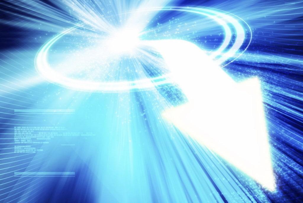 Trendy w sektorze produkcyjnym- biała cyfrowa strzałka na niebieskim tle.