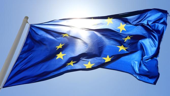 COVID-19. Europejskie propozycje wsparcia- flaga Unii Europejskiej