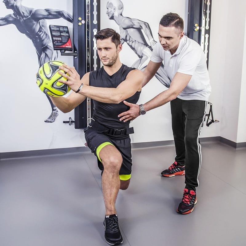 4 F finansuje walkę z koronawirusem- trening na siłowni