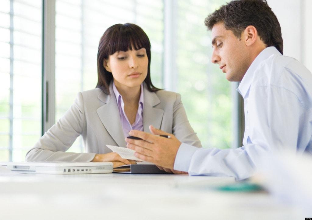 Podatek od korporacji zapłacą też małe firmy  - kobieta i mężczyzna siedzą przy biurku i rozmawiają.
