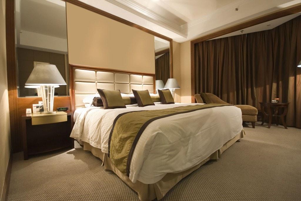 Rząd znosi kolejne obostrzenia. Co się zmieni od 12 lutego? - pokój hotelowy z wielkim łóżkiem na środku.