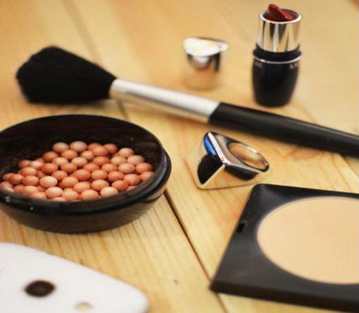 Rośnie sprzedaż kosmetyków ekologicznych - kosmetyki do makijażu leżą na stole.