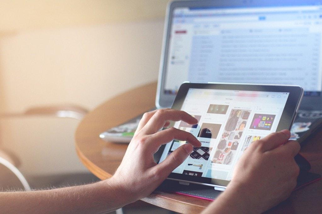 Przebranżowienie – jak nie zaczynać swojej kariery od początku - tablet w męskich dłoniach