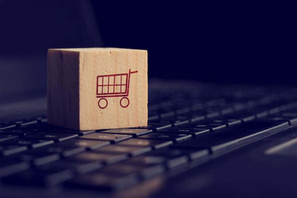 Pakiet VAT e-commerce – objaśnienia podatkowe -na klawiaturze komputera stoi drewniany klocek.