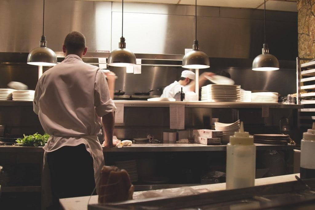 Restauratorzy tracą nadzieję - ich płynność finansowa prawie nie istnieje - kucharze gotują na zapleczu kuchennym.
