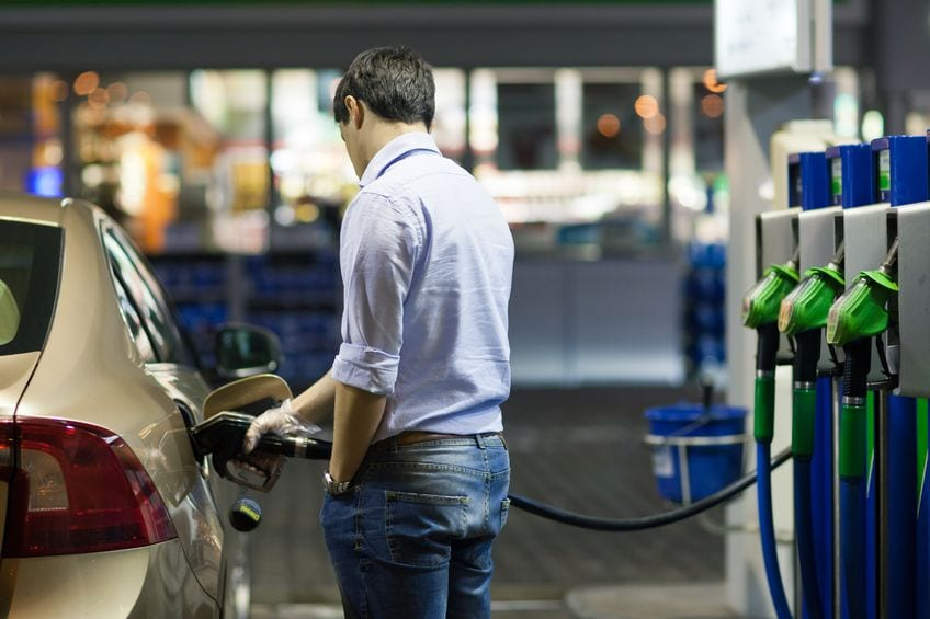 Podatek akcyzowy - nowelizacja ustawa i najważniejsze zmiany  - meżczyzna tankuje auto na stacji benzynowej