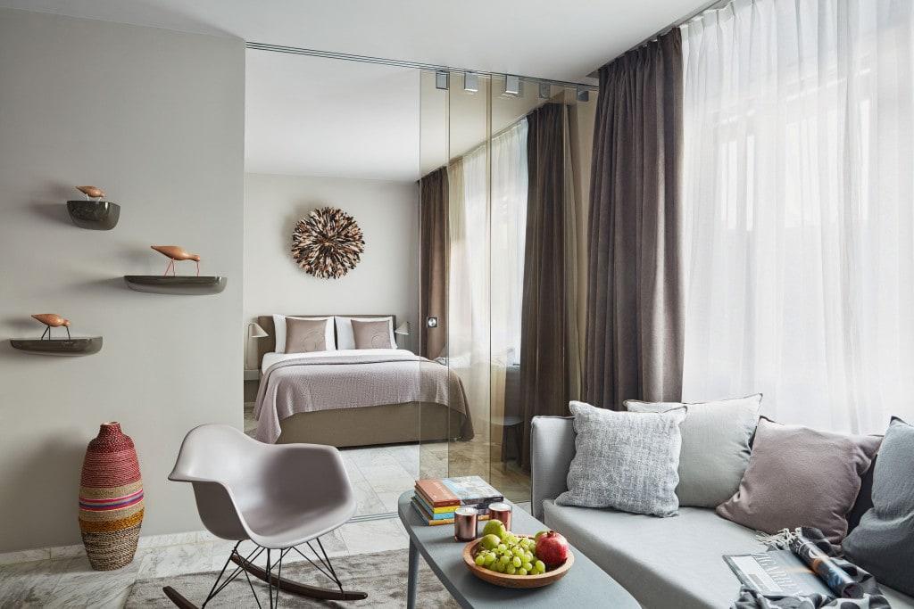 """Jak skrócić drogę do własnego """"M"""" o kilka lat? - salon i sypialnia w mieszkaniu w kolorach szarości i beżu."""