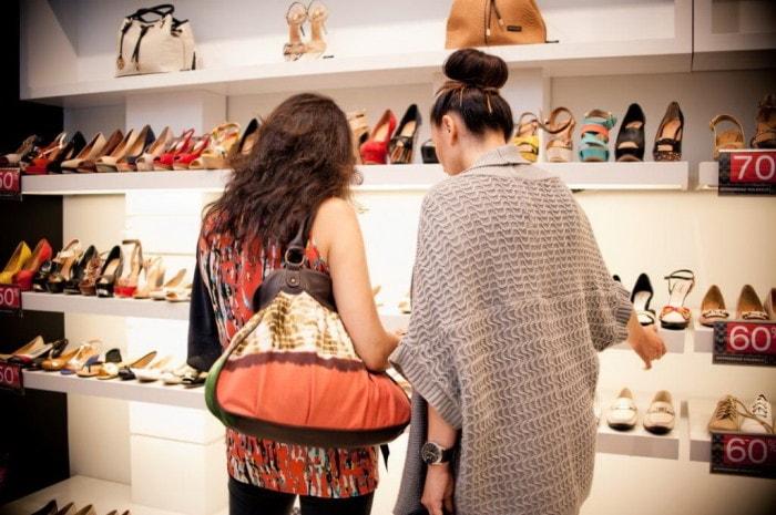 Grupa CCC sprzedała 52 mln par butów-wyniki za 2019 - kobiety w sklepie obuwniczym