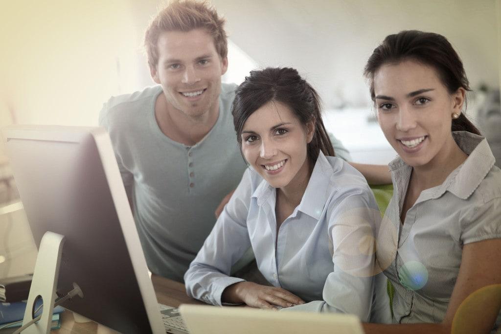 Menedżer przyszłości - menedżer społecznie odpowiedzialny- mężczyzna i dwie kobiety siedzą przed ekranem komputera