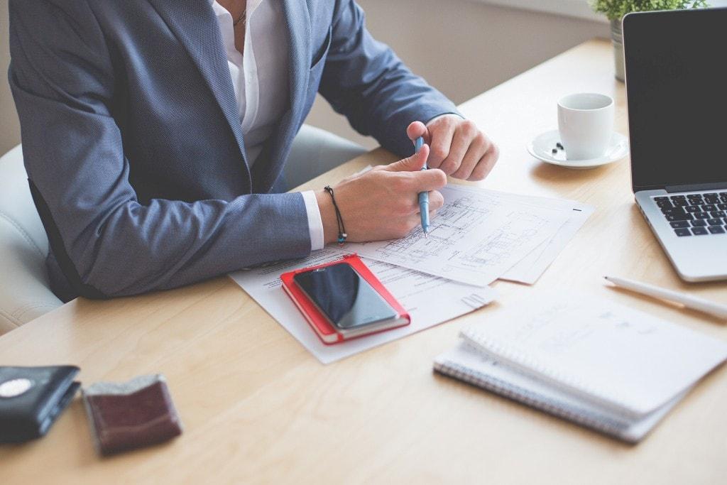 Za niedopełnienie obowiązków z zakresu BHP odpowiadają pracodawcy i przełożeni - mężczyzna siedzi przy biurku