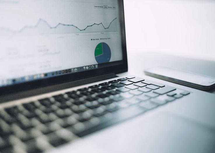 Inflacja uderza w kieszenie Polaków - wykres wzrostowy na ekranie komputera.