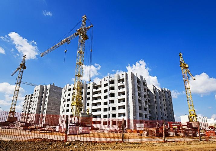 Budowlańcy w długach - blisko 1,8 mld zł - dźwigi na placu budowy