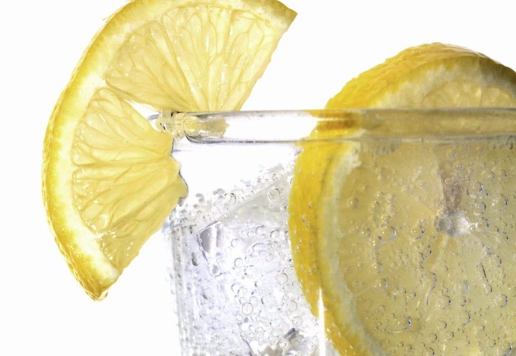 Trendy kształtujące rynek napojów bezalkoholowych w Polsce - szklanka z woda i cytryną