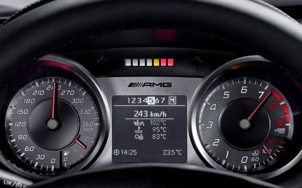 wiek samochodów - deska Mercedesa AMG