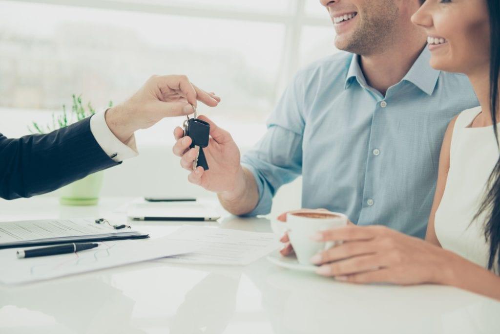 Zmian na rynku kredytowym w 2020 r. i prognozy na przyszłość- mężczyzna daje drugiemu mężczyżnie kluczyki do auta