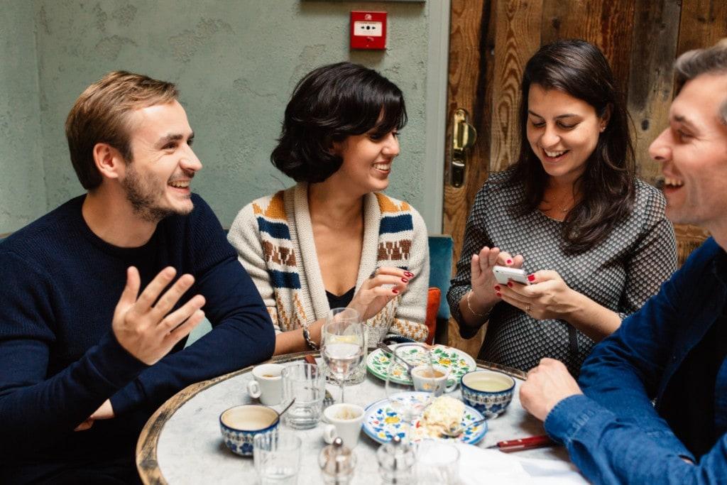 Od 1 maja stopniowe odmrażanie gospodarki - ludzie siedzą przy stoliku w restauracji.