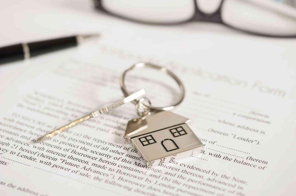 Sprzedaż kredytów w Polsce - najnowsze dane - na stole leżą dokumenty, klucze i długopis.
