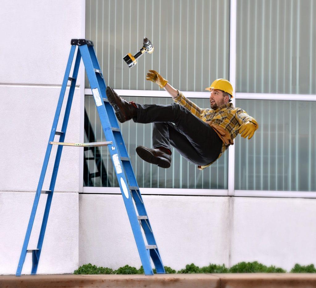 Kara za niezawiadomienie o wypadku przy pracy - mężczyzna spada z drabiny.