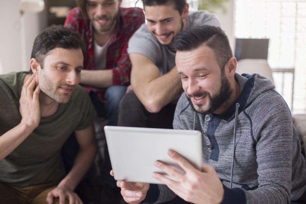 Rozwój kompetencji z unijnym wsparciem. Rusza Akademia Menadżera Innowacji - 4 mężczyzn patrzy na ekran tableta