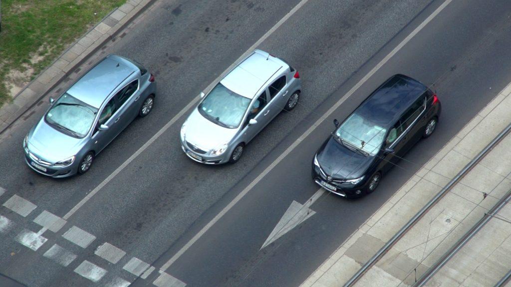 Zgłoszenie sprzedaży samochodu - trzy samochody na drodze