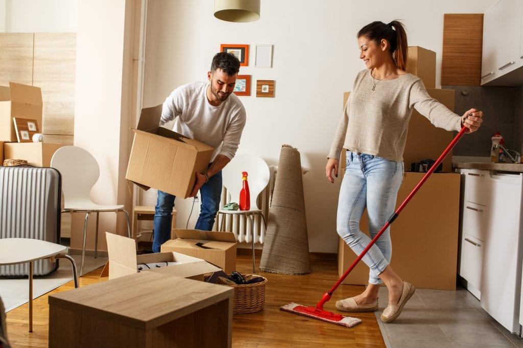 Wynajem mieszkań coraz mniej opłacalny - kobieta i męzczyzna wprowadzają się do mieszkania.