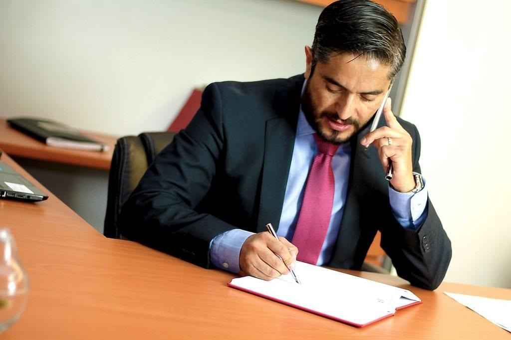 Rozmowa kwalifikacyjna -  oto 6 najczęstszych błędów - biuro i mężczyzna w garniturze