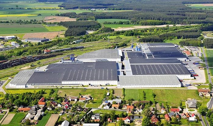 IKEA w Polsce na drodze ku neutralności klimatycznej - budynki magazynowe na skraju miasta.