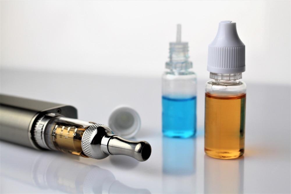 Nowa akcyza – małe zyski, duże szkody - dwie buteleczki  z płynem i e-papieros.