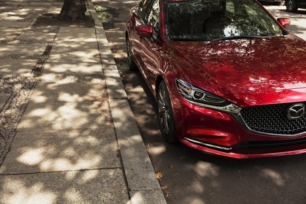 Mazda6 2021: elegancki styl i imponujące wyposażenie - czerwone auto zaparkowane na drodze, Mazda Mazda6 2021