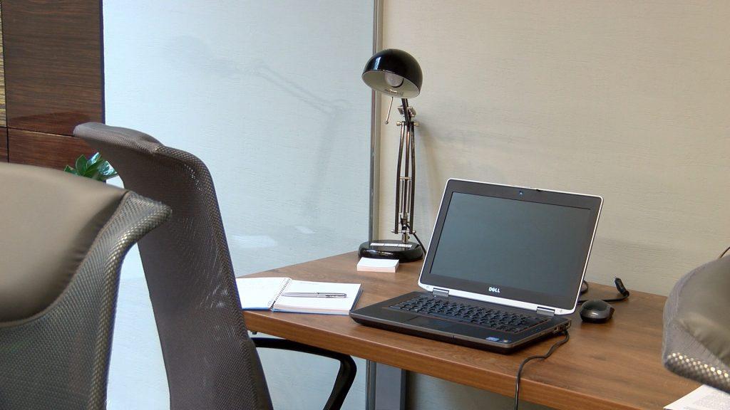 Bezrobocie rejestrowane w lipcu 2020 r. - puste miejsce przy biurku