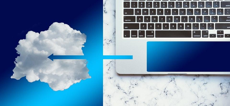 Co 5 minut Polska zyskuje nowego specjalistę IT - komputer połączony strzałka z chmurą.