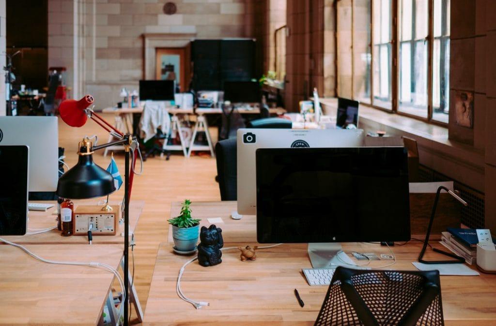 Firmom coraz trudniej znaleźć i utrzymać pracownika - powierzchnia biurowa ze sprzętami bez ludzi.