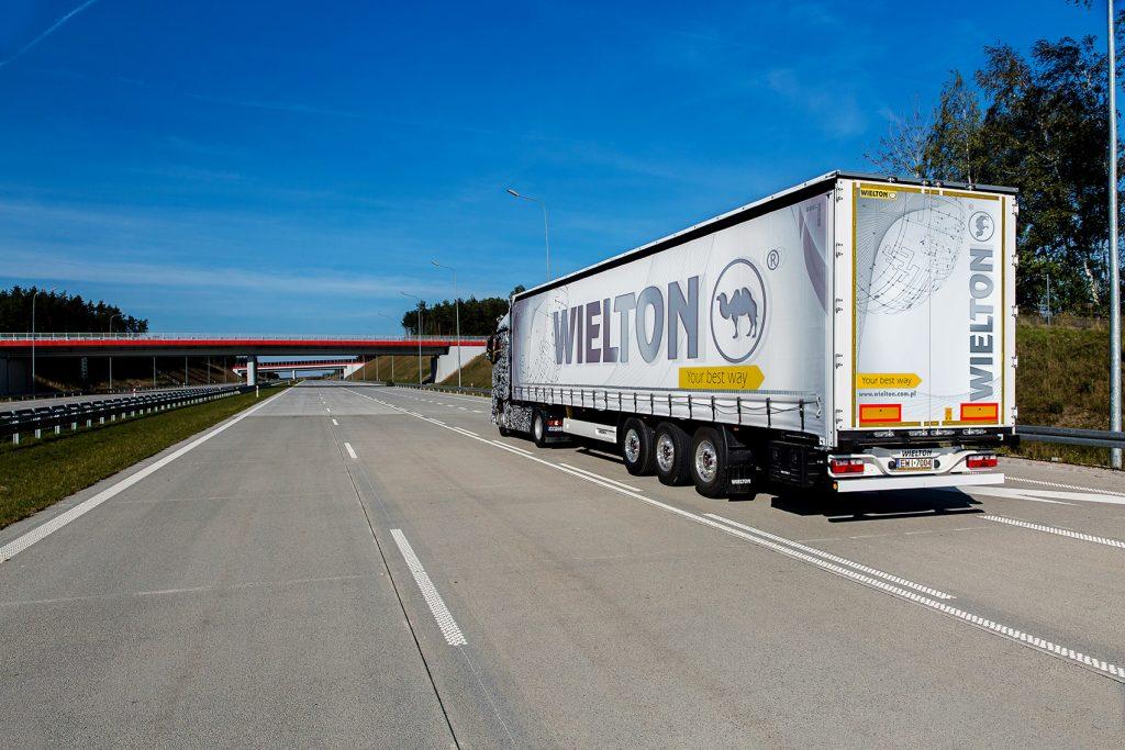 Polski eksport właśnie przekroczył bilion złotych! - ciężarówka na drodze