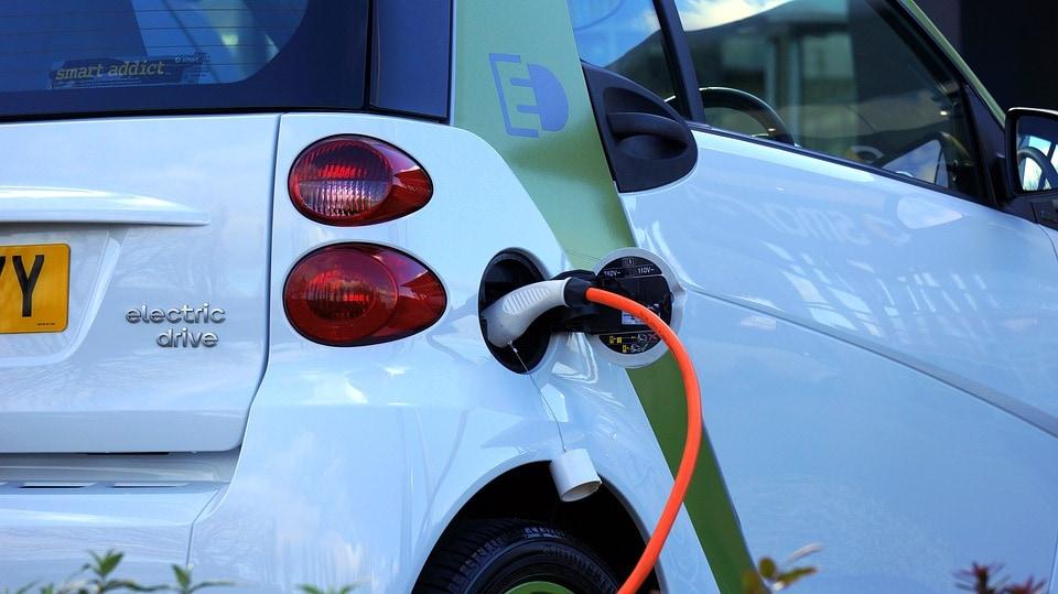 samochód elektryczny - ładowanie zdjęcie kabla i samochodu