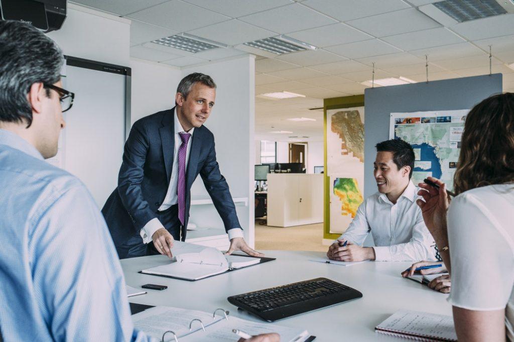 Jaka przyszłość czeka biurowce? - zebranie pracowników w sali konferencyjnej w firmie.