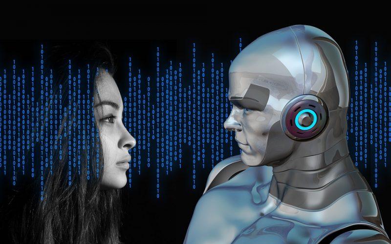 Robo-doradca pomaga inwestować klientom - kobieta i robot stoją na przeciwko siebie.