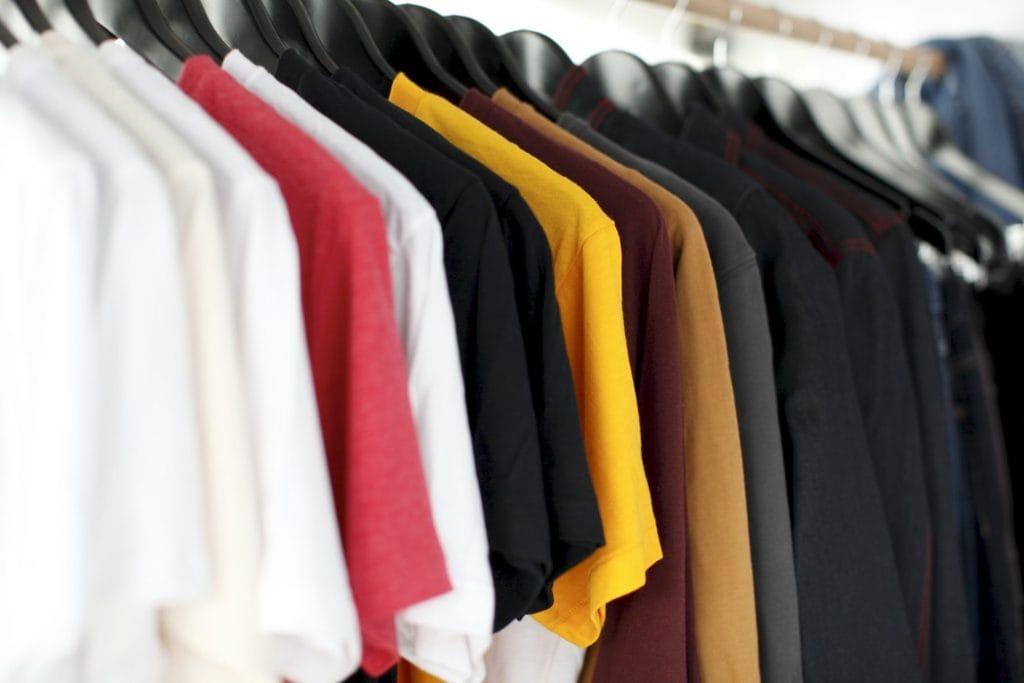 Cyfrowa, etyczna, zrównoważona – czym jest dzisiaj moda?  - ubrania na wieszakach.