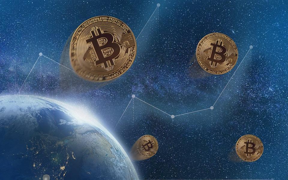 Rekordowo wysoki kurs bitcoina maleje - bitcoin na niebieskim tle