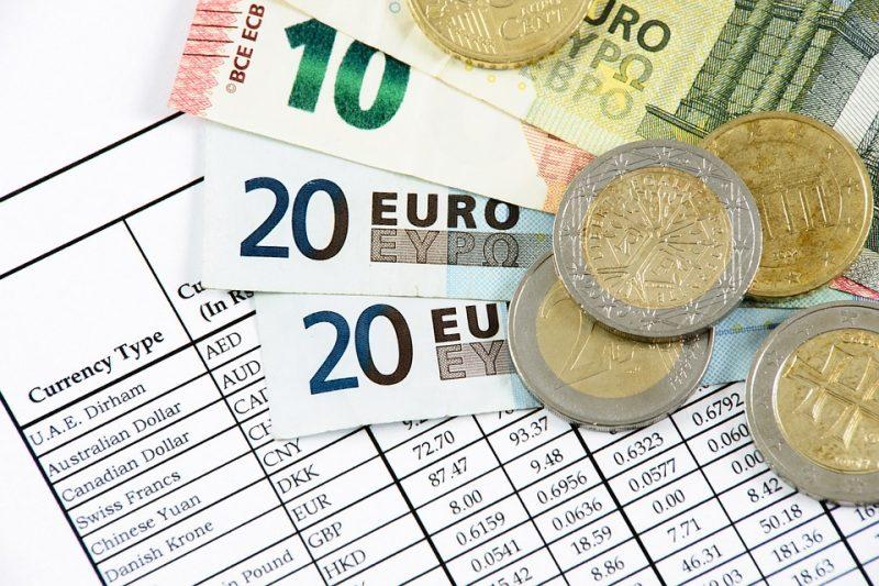 """""""Biznes w czasach zarazy"""", czyli działania osłonowe państw- pieniądze, waluta euro, monety i bilony na biurku"""