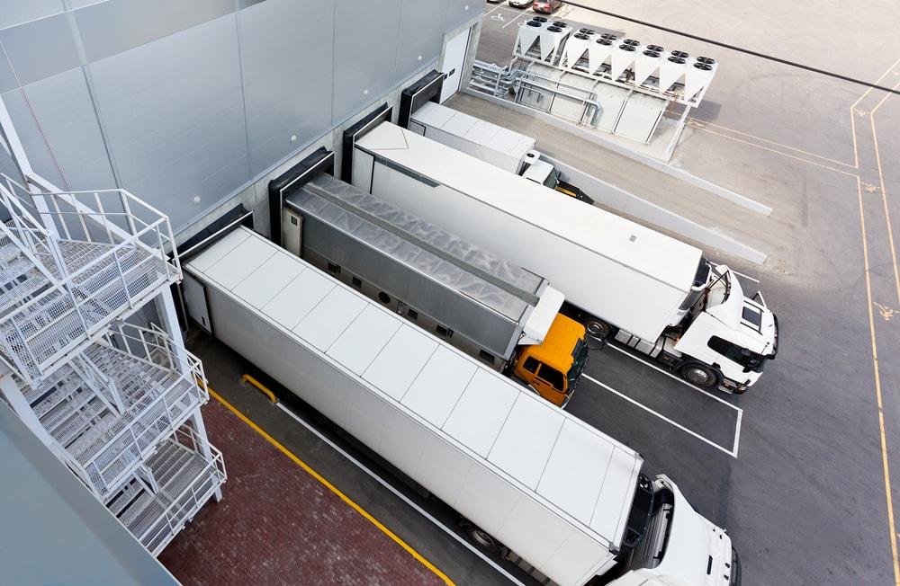 Transport – to nie wirus jest problemem - tiry czekają w centrum dystrybucyjnym na załadunek towaru