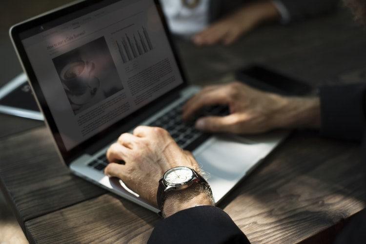 Zaskakujący efekt Covid-19: po dobra luksusowe do second handów- meżczyzna pisze na klawiaturze laptopa