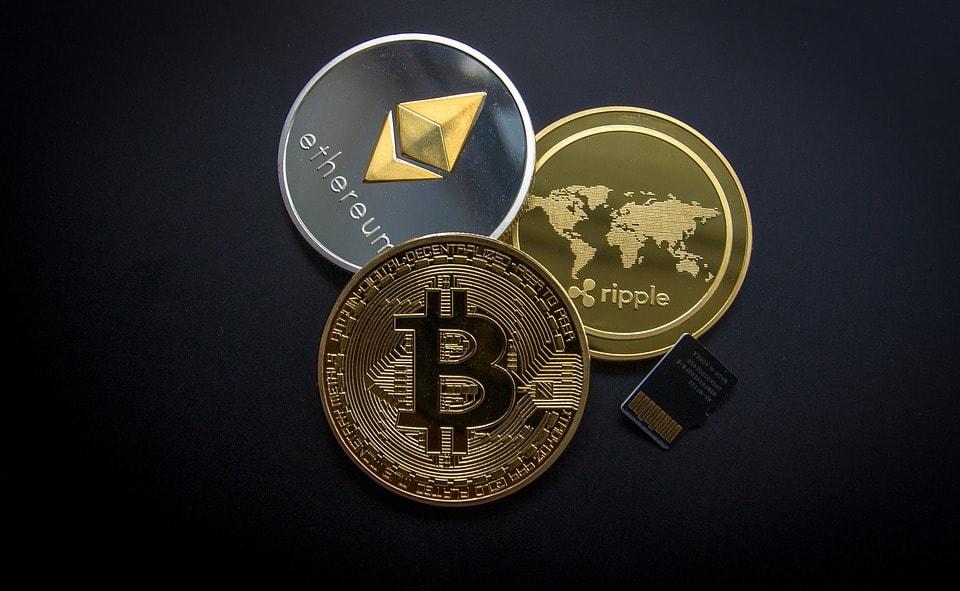 Inwestycje w kryptowaluty: jak nie stracić oszczędności i danych osobowych - 3 monety na czarnym tle.